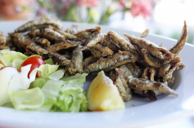 """Szef kuchni Casa Cubeddu pochodzi z Abruzji, a więc w karcie pojawiają się smaki tej części Włoch. Jego maksymą jest """"La cucina della mamma"""", czyli kuchnia jak u mamy. Sprawdzamy, czy faktycznie tak jest. Na zdjęciu: chrupiące sardynki serwowane z sałatką."""