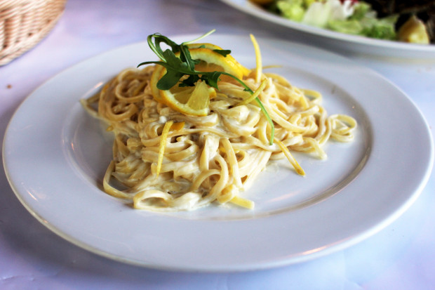 Linguine al limone - długi makaron w delikatnym sosie cytrynowym.