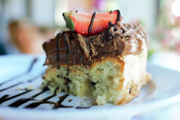 Torta di mandorle con mascarpone, cioccolato, mirtilli rossi ficli e fragole - ciasto migdałowe z dodatkiem serka mascarpone, kremem czekoladowym, żurawiną i truskawkami.