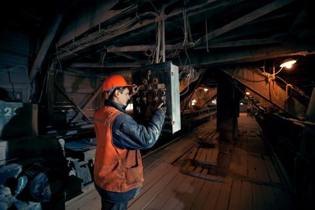 Prace w szczególnych warunkach to prace związane z czynnikami ryzyka, które z wiekiem mogą z dużym prawdopodobieństwem spowodować trwałe uszkodzenie zdrowia, wykonywane w szczególnych warunkach środowiska pracy, determinowanych siłami natury lub procesami technologicznymi.