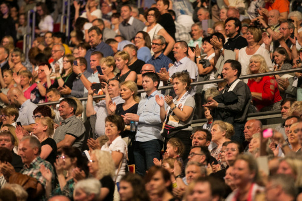 Ceny biletów dla wielu osób okazały się zaporowe, ale widownia i tak była wypełniona niemal do ostatniego miejsca. Bilety kupiło blisko 7 tys. osób, a atmosfera od pierwszej do ostatniej chwili była nie mniej gorąca, niż podczas koncertów największych gwiazd rocka.