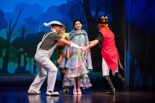 """Spektakl """"Śnieżka i krasnoludki"""" można zobaczyć w Dzień Dziecka w Teatrze Miejskim w Gdyni."""