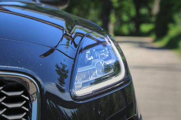 Przednie lampy E-Pace przypominają te z Jaguara F-Type.