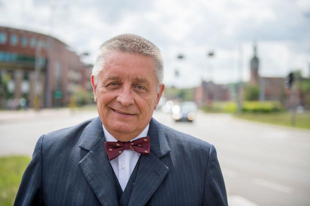 Prof. Andrzej Ceynowa jest filologiem języka angielskiego i literaturoznawcą. W latach 2002-2008 pełnił funkcję rektora Uniwersytetu Gdańskiego, a w latach 2008-2016 dziekana Wydziału Filologicznego tejże uczelni.