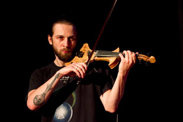 Jan Gałach to wirtuoz skrzypiec elektronicznych. Na Gdynia Blues Festival wystąpi w niedzielę.