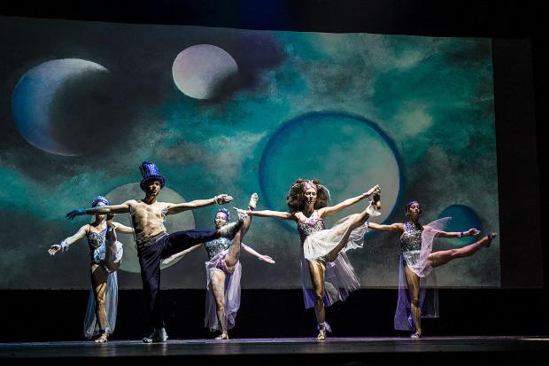 """Gracja, wdzięk i umiejętności taneczno-gimnastyczne - tym charakteryzuje się """"Musical Kosmos"""" w wykonaniu Akademii Artystycznej w Gdańsku. Na zdjęciu opiekuńcze Księżyce."""