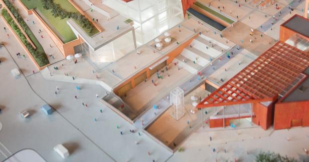 Makieta Forum Gdańsk, na której widać rozdzielenie schodów z tunelu i do centrum handlowego oraz windę przy kładce, pozbawionej barier architektonicznych.