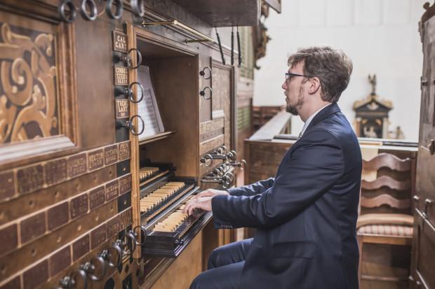 Dr hab Andrzej Szadejko - koordynator i inicjator projektu odbudowy zabytkowych organów Mertena Friese oraz dyrektor festiwalu Organy Plus+.
