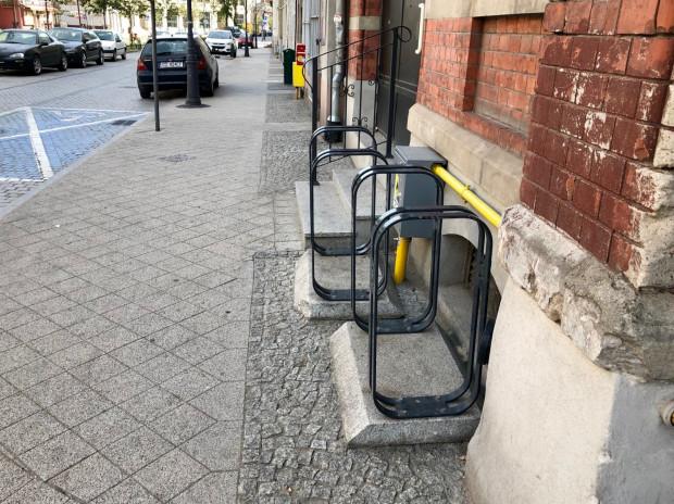 Sprawcy zabawili sięw zarządców drogi i samowolnie przestawili stojaki rowerowe pod ścianę.