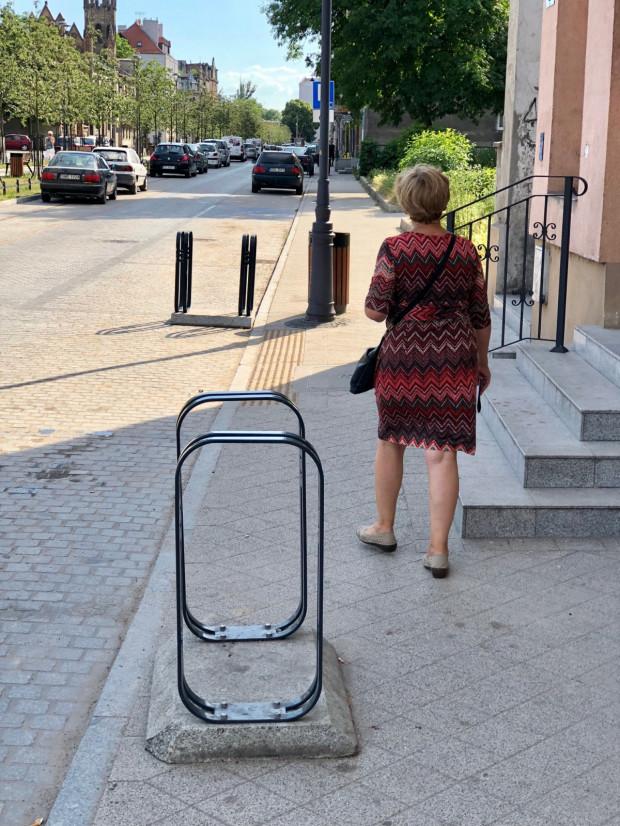 Miały byćułatwieniem, a stały sięprzeszkodą dla pieszychna chodniku.