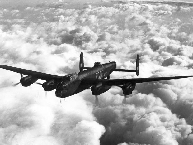 Czterosilnikowy, brytyjski bombowiec Avro Lancaster. To właśnie takie samoloty wzięły udział w bombardowaniu Gdańska 11 lipca 1942 roku.