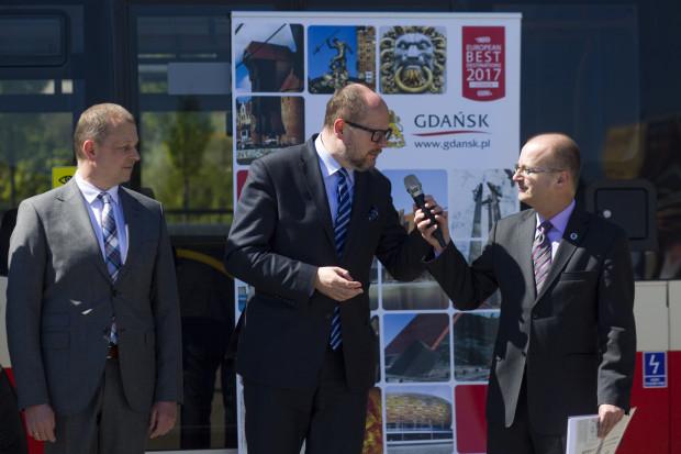 Podczas spotkania związanego z podpisaniem umowy na dostawę nowych autobusów, prezydent Paweł Adamowicz (w środku) zachęcał prezesa GAiT Maciej Lisickiego (z prawej) do rekrutowania pracowników na Ukrainie i w Indiach.