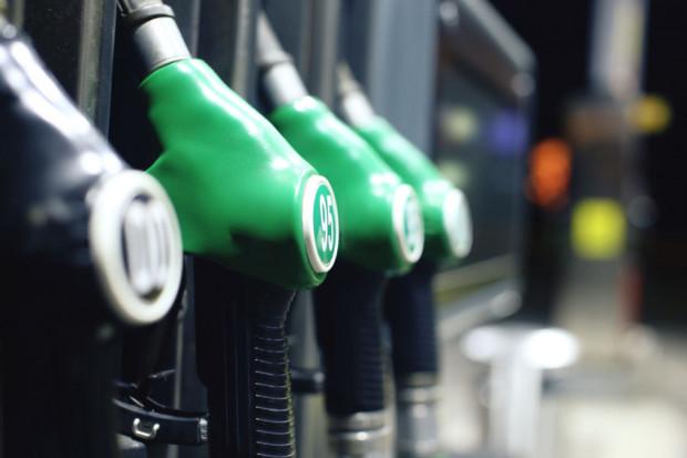 Ceny paliw mają pójść w górę o przynajmniej 10 gr brutto na litrze. Taki, zdaniem ekspertów, ma być efekt przyjętej w środę przez Sejm opłaty emisyjnej.