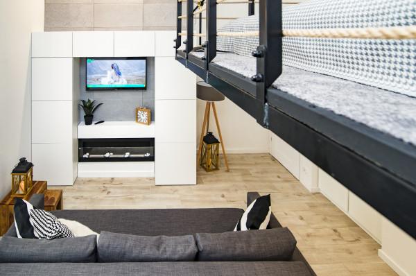 Ja wydzielić miejsce do spania w niewielkim apartamencie?  Skoro wysokość na to pozwala można zrobić antresolę.
