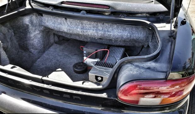 Prototyp instalacji do ładowania akumulatorów umieszczonych w miejscu koła zapasowego.