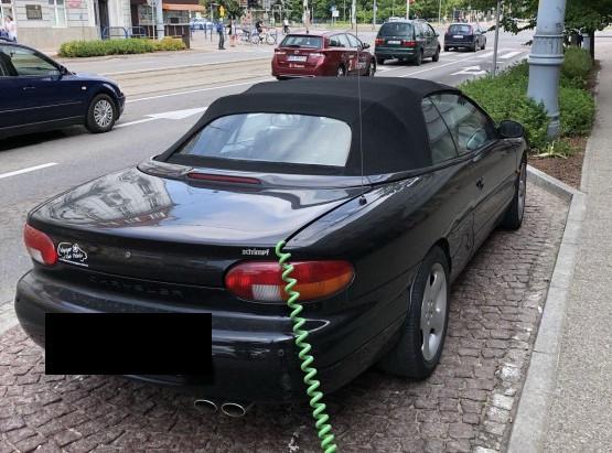 Zamieszanie wywołało zdjęcie ładującego się auta spalinowego.