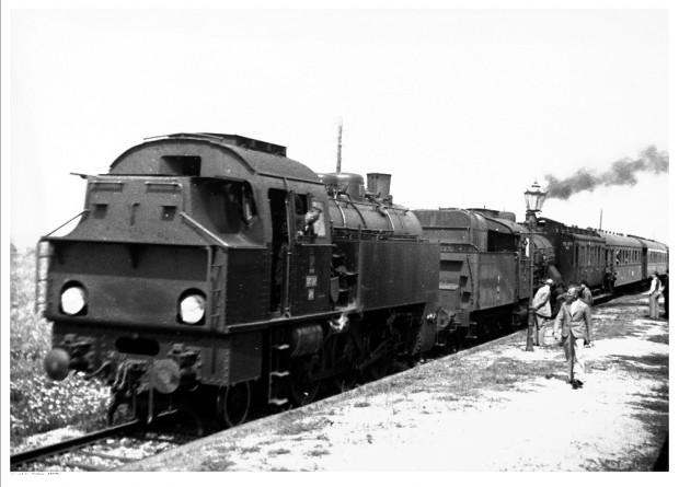 Pociąg na trasie Gdynia - Hel stoi przy peronie stacji. Widoczny parowóz OKl 27.