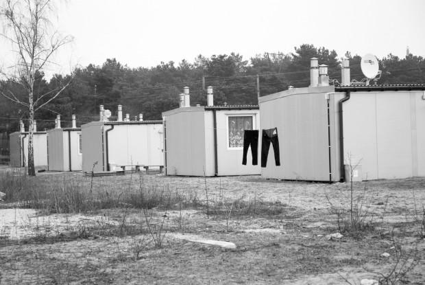 Zdjęcia z bydgoskiego osiedla mieszkań socjalnych w kontenerach. Na czwartkowej sesji Rady Miasta Gdańska pokazywali je radnym działacze lewicy: Przemysław Kmieciak, Jędrzej Włodarczyk i Janusz Chilicki.