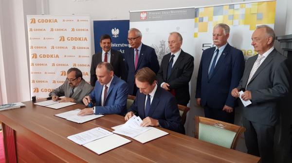 Moment podpisania umowy na kolejne dwa odcinki Trasy Kaszubskiej.