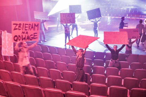 """Widzów wchodzących na widownię """"Święta Winkelrida. Rewii Narodowej"""", umieszczonej na Dużej Scenie, witają protestujący aktorzy."""