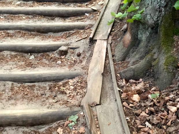 Drewniana prowadnica na schodach ulega szybkiemu zniszczeniu i musi byćczęsto naprawiana, tak samo często jest teżznów zepsuta.