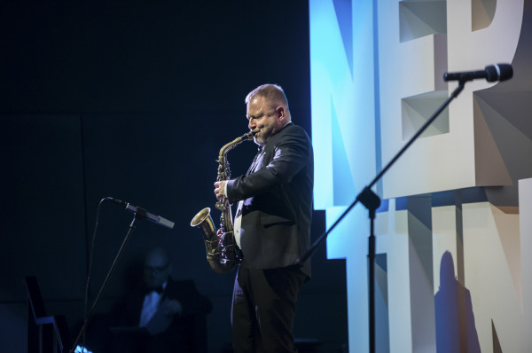Mikołaj Trzaska to jeden z artystów, którzy wezmą udział w specjalnym koncercie.