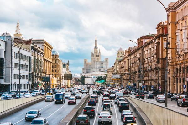 Moskiewskie korki - na to m.in. muszą się przygotować osoby, które planują podróż do stolicy Rosji własnym samochodem.