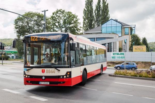 Błyskawiczna reakcja kierowcy autobusu linii 122 uratowała nieprzytomnego i krwawiącego mężczyznę.