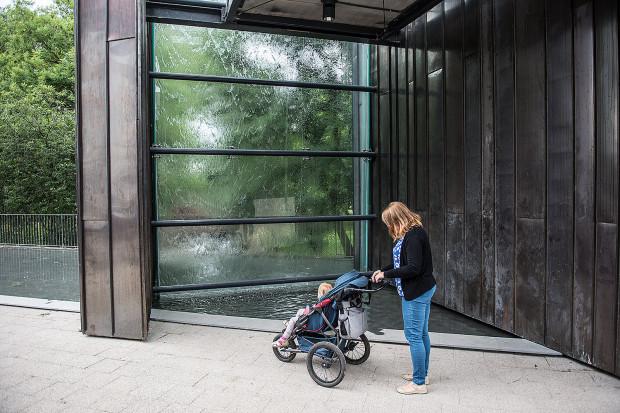 Zewnętrzną atrakcją budynku jest ściana z opadającą kaskadowo wodą, spływająca po przeszklonej górnej ścianie zgodnie z nurtem Raduni. Ściana dostępna jest od strony parku przy skwerze im. Harcerzy Polskich.