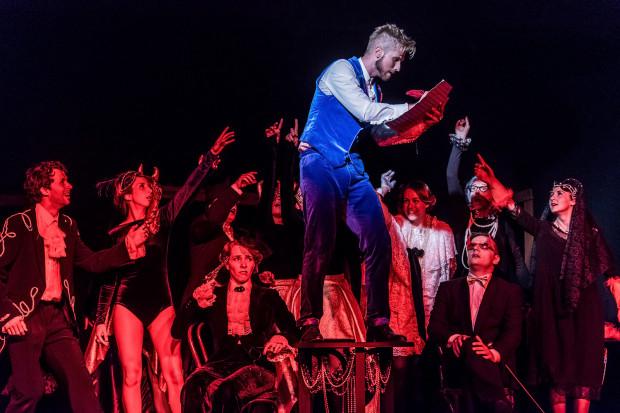 """W repertuarze Bałtyckiego Teatru Różnorodności pozostaną grane dotąd w Centrum Kultury w Gdyni propozycje Sceny 138: """"Sonata Belzebuba"""" (na zdjęciu) oraz """"Księżniczka na ziarnku grochu""""."""