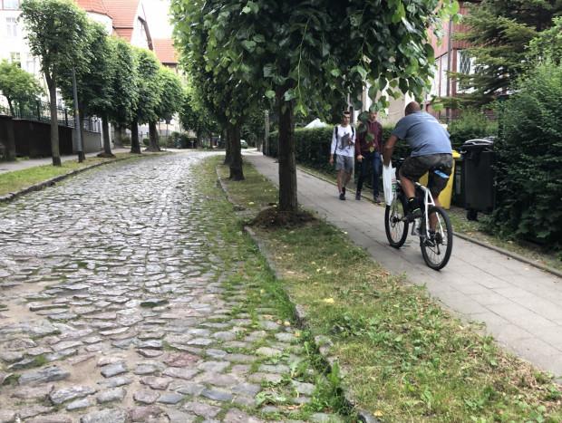ul. Podhalańska w Gdańsku Oliwie ma wiele do siebie podobnych w zakresie nawierzchni i nie zachęca do jazdy rowerem.