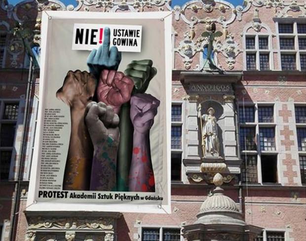 Poparcie Akademii Sztuk Pięknych w Gdańsku dla protestu przeciw ustawie Gowina. Plakat na zdjęciu istnieje naprawdę, ale wisi w innym miejscu, a nie na fasadzie Wielkiej Zbrojowni.