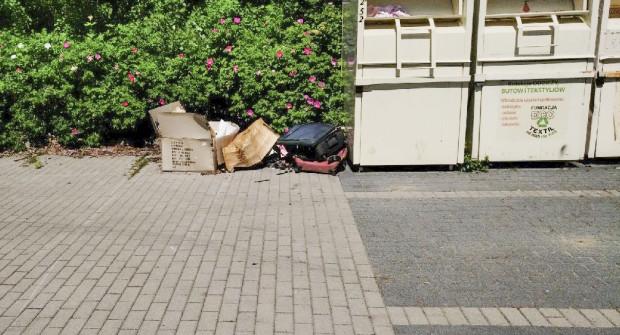 Bywa, że wokół parkingów zalegają śmieci.