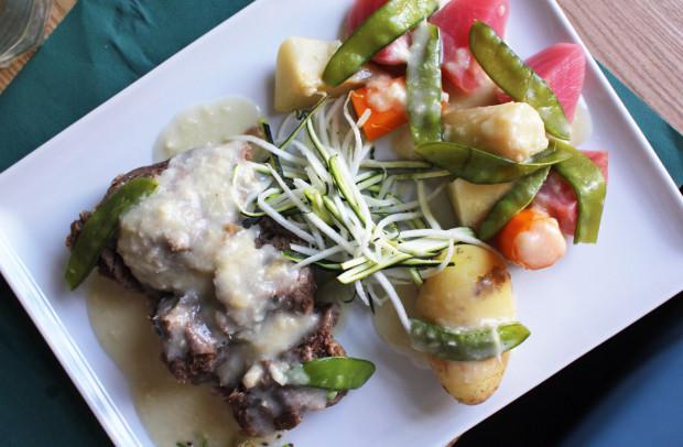 Sztuka mięsa w sosie chrzanowym.