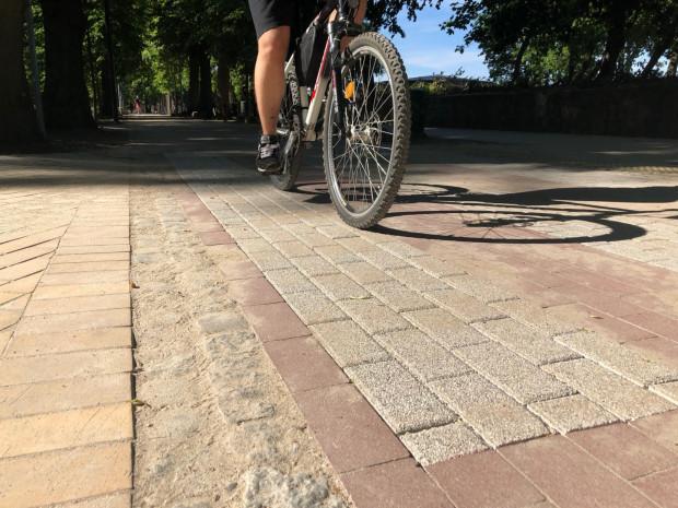 Fazowana kostka nie nadaje siędo budowy nawierzchni dróg rowerowych. Tematu albo nie dopilnowano, albo - co gorsza - zostało to zrobione świadomie.
