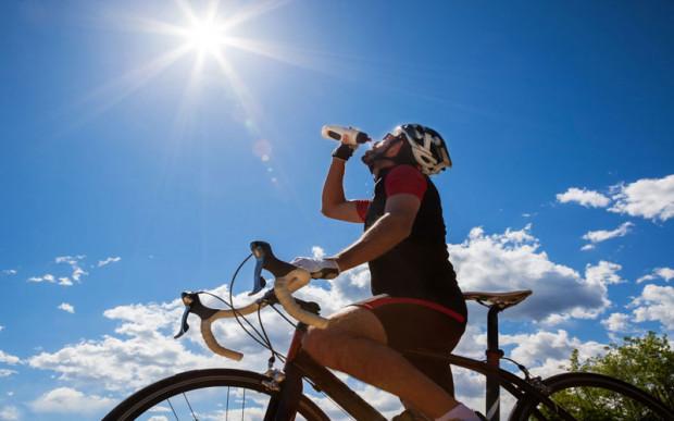 Odpowiedni materiał i dopasowanie koszulki rowerowej zapewnia przyjemną jazdę latem