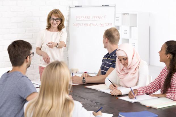 Uczelnie odpowiadają na potrzeby i zainteresowania językowe swoich studentów, otwierając kolejne kierunki filologiczne, prowadząc studia w wybranych językach.
