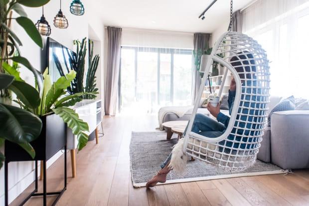 Huśtawka w części dziennej jest ulubionym miejscem do odpoczynku Beaty Kwiatkowskiej. Uwzględnienie jej w aranżacji miało związek z realizacją dziecięcych marzeń właścicielki domu.