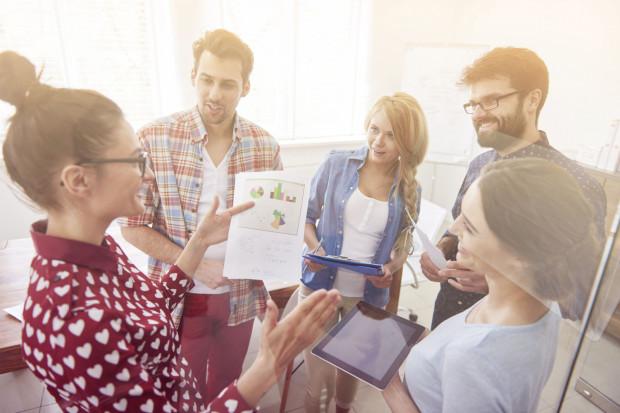 Coraz częściej firmy odchodzą od sztywnych reguł określających strój pracownika.