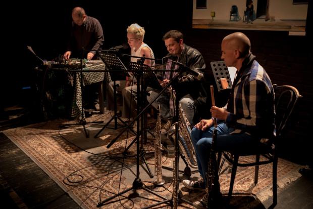 """Dwoje aktorów, dwóch muzyków i ciekawy tekst dramatyczny - to główne składniki """"BOTO czyta Stasiuka"""" w Teatrze BOTO. Premiera nowego projektu odbyła się 1 lipca."""