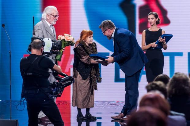 """Gala XIII Festiwalu """"Dwa Teatry"""" 2018 rozpoczęła się od wręczenia Wielkiej Nagrody Festiwalu """"Dwa Teatry - Sopot 2018"""" otrzymali Franciszek Pieczka (po lewej z kwiatami) oraz Barbara Krafftówna."""