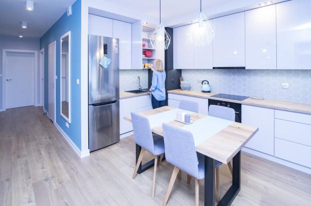 Właścicielce mieszkania zależało na połączeniu części kuchennej z przestrzenią dzienną.