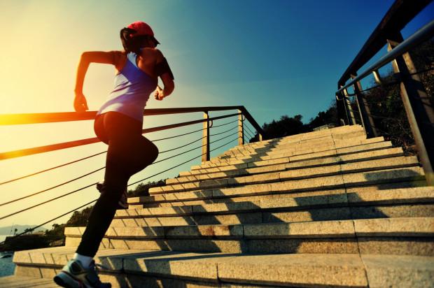 Zazwyczaj na okres letni planujemy mniejszą intensywność treningową, mniejszą wagę przykładamy do diety i skupiamy się bardziej na regeneracji.