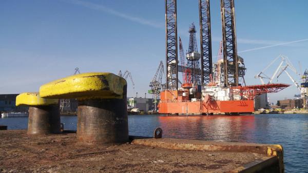 """Pierwsza umowa na przebudowę platformy """"Petrobaltic"""" została podpisana w 2014 roku. Remont platformy, według planów, miał zakończyć się we wrześniu 2015 roku. Nie zakończył się jednak do dnia dzisiejszego."""