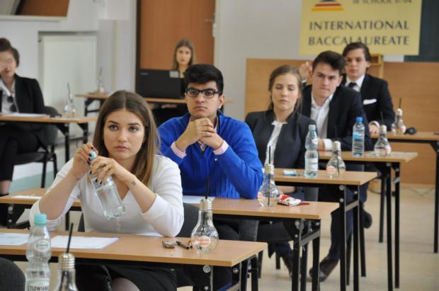 Większość absolwentów z klas IBO w III LO w Gdyni kontynuuje swoją edukację na renomowanych uczelniach poza granicami kraju.