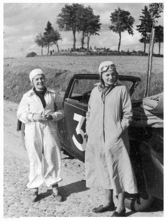 Uczestniczki samochodowego rajdu kobiet na trasie Warszawa - Gdynia - Warszawa. Nz. Halina Regulska. Zdjęcie z 1937 r.