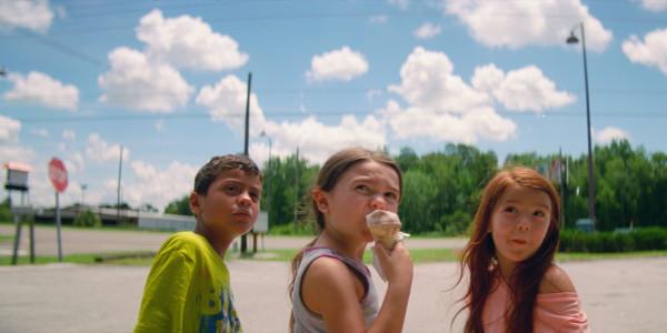 """Sopocki festiwal, jak co roku, to okazja do nadrobienia filmowych zaległości i posmakowania kina na najwyższym poziomie. Wybór filmów nie jest przypadkowy - to najczęściej nagradzane w ostatnich miesiącach produkcje. Na zdj. kadr z filmu """"The Florida Project""""."""