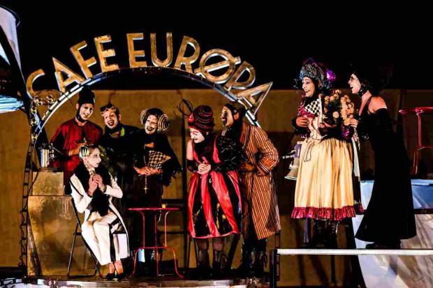 """Festiwal FETA zainauguruje """"Cafe Europa"""" włoskiego Ondadurto Teatro (spektakl zagrany zostanie dwukrotnie - 12 i 13 lipca wieczorem)."""