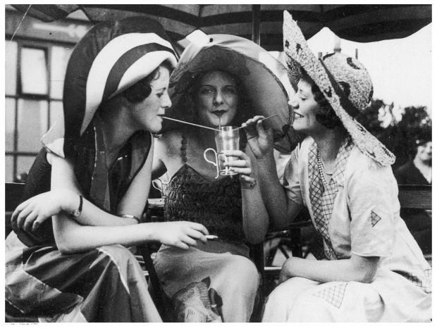 Młode kobiety w modnych kostiumach plażowych i kapeluszach. Zdjęcie wykonane w 1931 r.