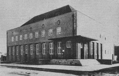 Budynek poczty przy ul. Mickiewicza na zdjęciu z okresu międzywojennego. Fotografia z archiwum portalu dolnywrzeszcz.pl